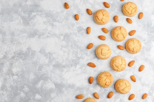 Gesunde selbst gemachte mandelgebäck auf konkreter, draufsicht Kostenlose Fotos