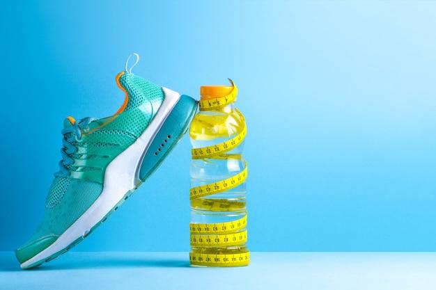 Gesunde, sportliche lebensweise. sport. lauf. turnschuhe. wasser Premium Fotos