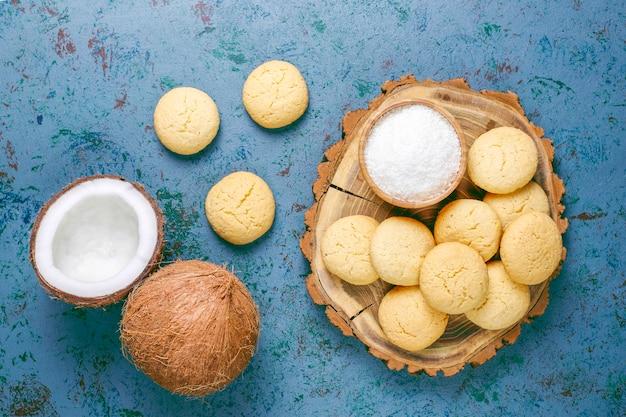 Gesunde vegane hausgemachte kokosnusskekse mit halber kokosnuss Kostenlose Fotos