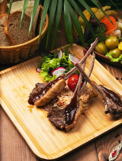 Gesunder bbq-rindfleischkebab mit gebratenem gemüse und weißem reis Kostenlose Fotos