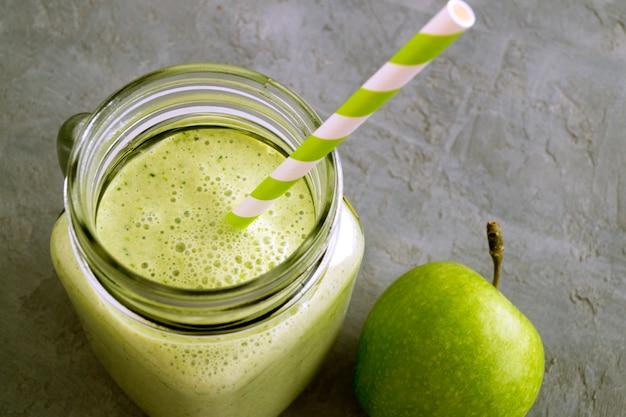 Gesunder detox grüner smoothie in einem weckglas. Premium Fotos