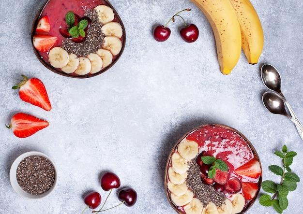 Gesunder frühstück smoothieschüsselhintergrund mit copyspace. ansicht von oben Premium Fotos