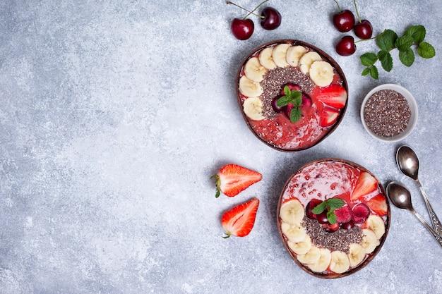 Gesunder frühstück smoothieschüsselhintergrund mit copyspace Premium Fotos