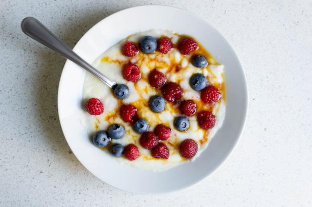 Gesunder frühstücksgrieß mit himbeeren und blaubeeren Premium Fotos