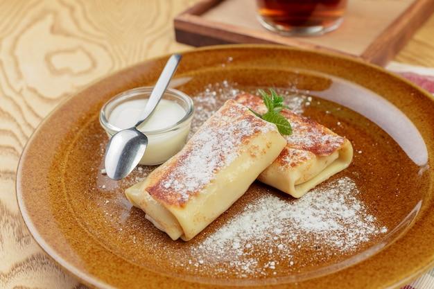Gesunder frühstückstellerabschluß der russischen pfannkuchen oben Premium Fotos