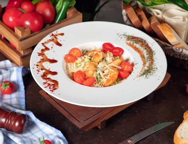 Gesunder gegrillter crevettes caesar salat mit käse, cherry tomatoes und kopfsalat Kostenlose Fotos