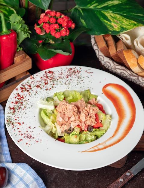 Gesunder gegrillter huhn-caesar-salat mit käse, cherry tomatoes und kopfsalat Kostenlose Fotos