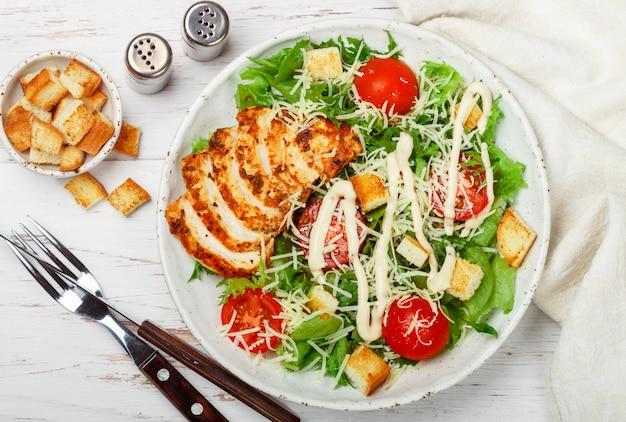 Gesunder gegrillter huhn-caesar-salat Premium Fotos