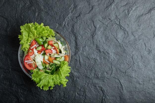 Gesunder gemüsesalat aus frischen tomaten, gurken, zwiebeln auf teller. hochwertiges foto Kostenlose Fotos
