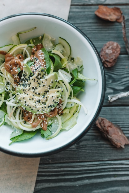Gesunder geschmackvoller salat des strengen vegetariers in der weißen platte Premium Fotos