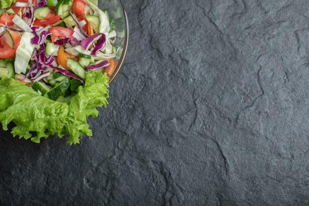 Gesunder gesunder videowinkel-bio-salat auf schwarzem hintergrund. hochwertiges foto Kostenlose Fotos