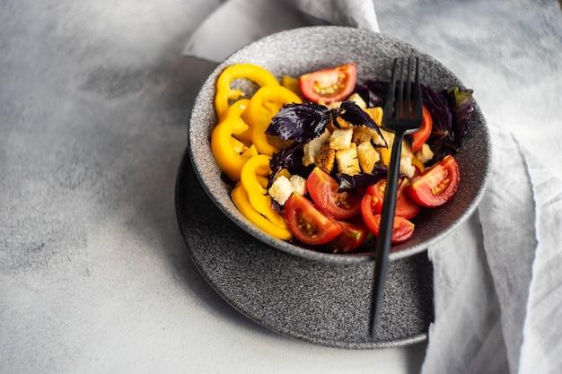 Gesunder gourmet-salat mit gemüse und feijoa in einer schüssel auf dem tisch serviert Premium Fotos