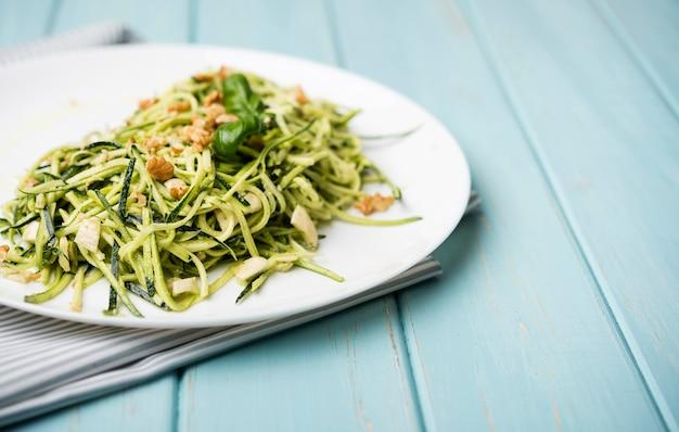 Gesunder grüner salat der hohen ansicht auf hölzernem hintergrund Kostenlose Fotos
