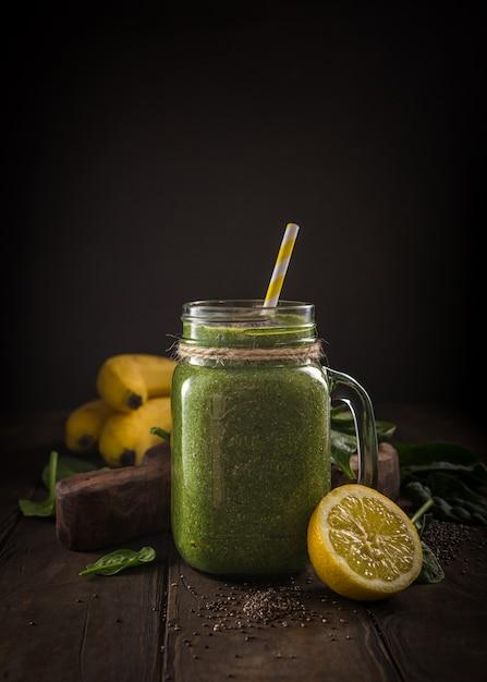 Gesunder grüner smoothie mit spinat im glasgefäß Premium Fotos