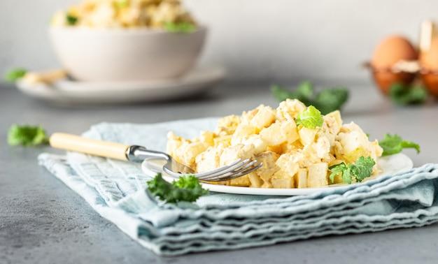 Gesunder hühnersalat mit ei, apfel und daikon Premium Fotos