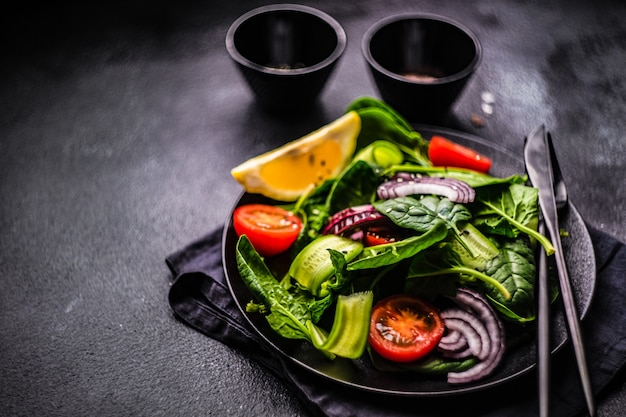 Gesunder lebensmittelsalat mit frischen bio-spinatblättern mit sesam Premium Fotos