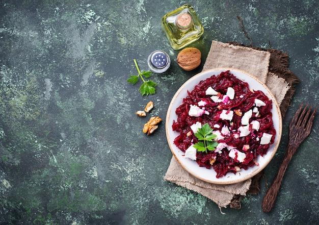 Gesunder rote-bete-wurzeln-salat mit feta und walnüssen Premium Fotos