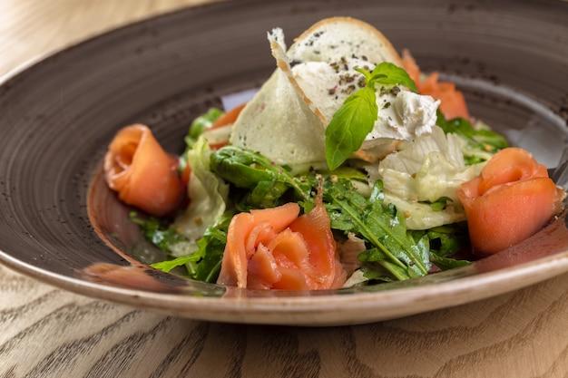 Gesunder salat der roten fische mit mischkopfsalatblättern Premium Fotos