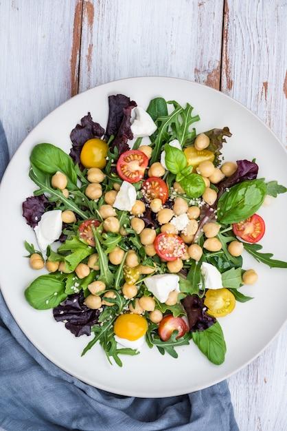 Gesunder salat mit kichererbsen wie caprese Premium Fotos