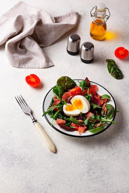 Gesunder salat mit schinken, tomate und ei Premium Fotos