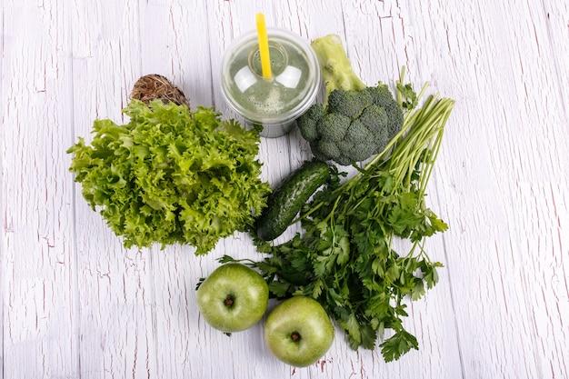 Gesunder smoothie mit grünem gemüse und obst liegen auf dem tisch Kostenlose Fotos