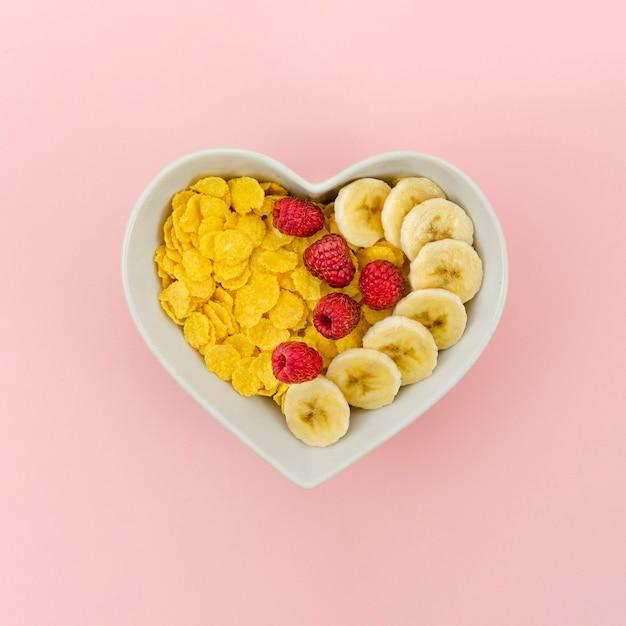 Gesunder snack mit cornflakes und früchten Kostenlose Fotos