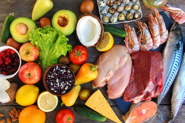 Gesundes essen auf alten hölzernen. konzept der richtigen ernährung. ansicht von oben. flach liegen. Premium Fotos