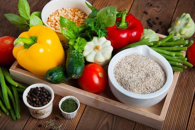 Gesundes essen. getreide, getreide, gemüse, antioxidantien und vitamine. Premium Fotos