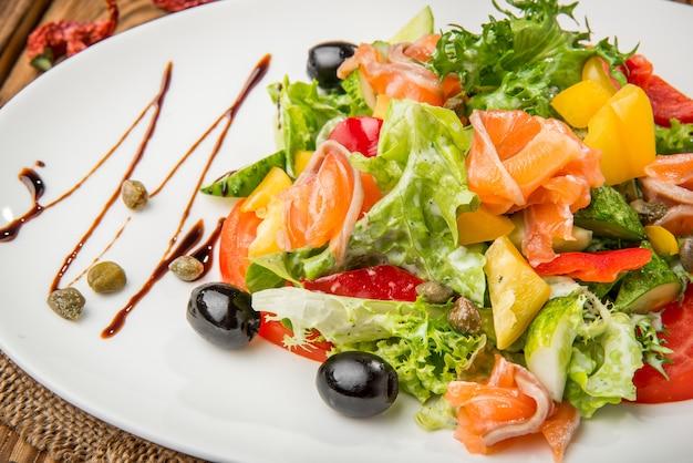Gesundes essen schönes und leckeres essen auf einem teller Premium Fotos