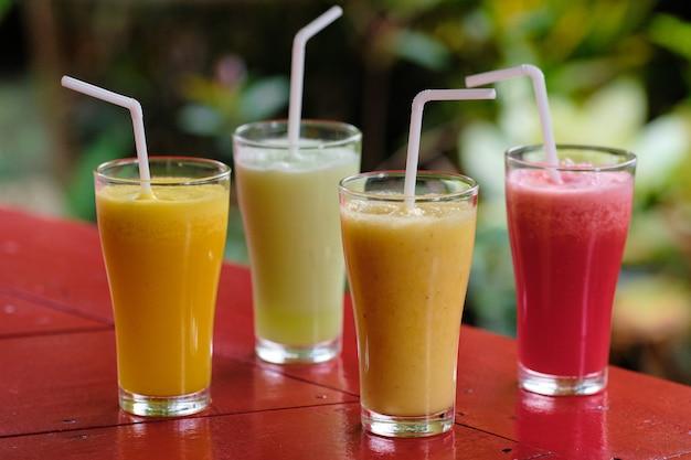 Gesundes frisches unterschiedliches smoothie-cocktail-getränk Premium Fotos