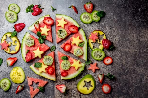 Gesundes fruchtpizzakonzept - pizza gemacht von der wassermelone und von den früchten Premium Fotos