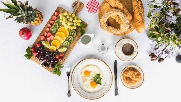 Gesundes frühstück am morgen auf weißem hintergrund Kostenlose Fotos