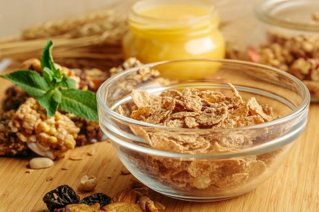 Gesundes frühstück auf dem tisch Premium Fotos