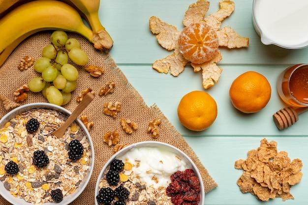 Gesundes frühstück der draufsicht auf tabelle Kostenlose Fotos