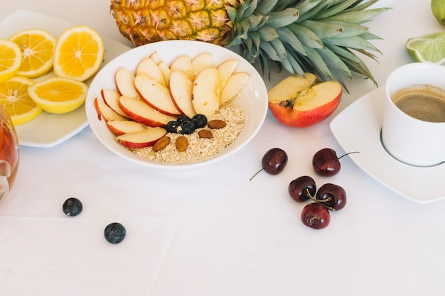 Gesundes frühstück mit kaffee auf weißem hintergrund Kostenlose Fotos