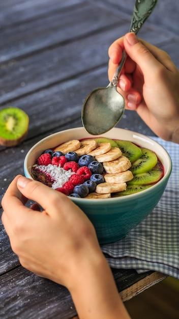 Gesundes frühstück mit köstlichem acai smoothie in der schüssel Premium Fotos