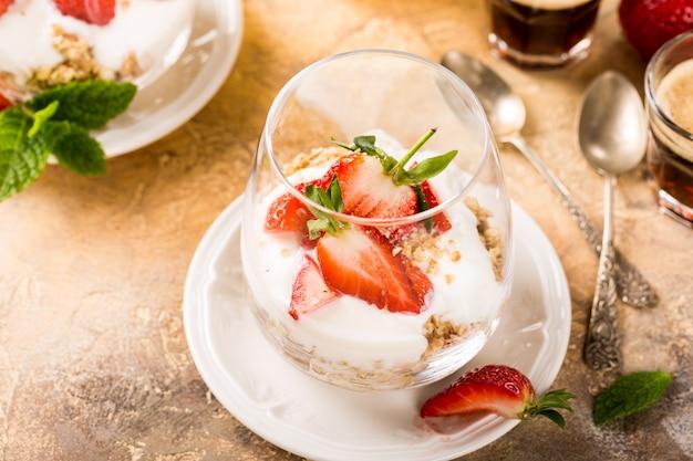 Gesundes frühstück mit müsli und beeren Premium Fotos