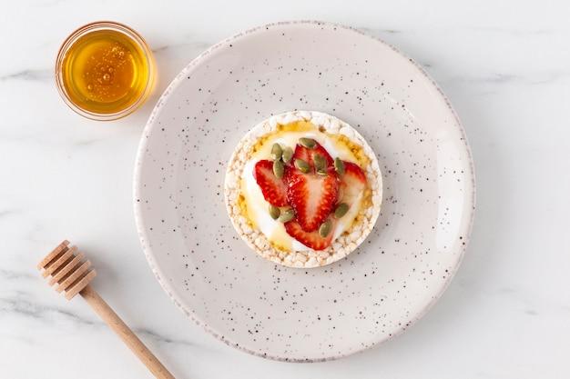 Gesundes frühstück mit obst und honig Kostenlose Fotos