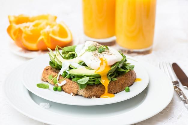 Gesundes frühstück mit vollkornbrot-toast und poschiertem ei Premium Fotos