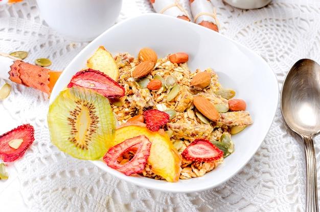Gesundes frühstück selbst gemachtes granola mit fruchtchips Premium Fotos