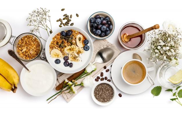 Gesundes frühstück stellte auf weiße, draufsicht, kopienraum ein Premium Fotos