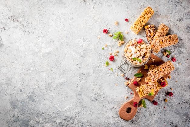 Gesundes frühstücks- und snackkonzept, selbst gemachtes granola mit frischen himbeeren Premium Fotos