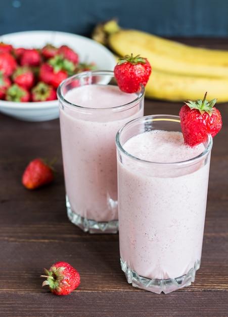 Gesundes frühstücksgetränk erdbeerbanane smoothie im glas Kostenlose Fotos