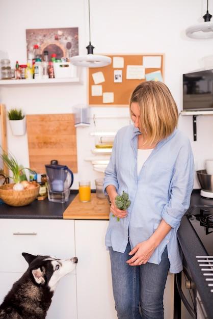 Gesundes frühstückskonzept mit moderner frau Kostenlose Fotos