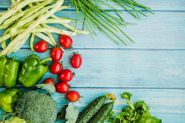 Gesundes gemüse auf blauem holztisch Kostenlose Fotos