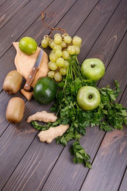 Gesundes grünes gemüse und früchte für smoothie liegen auf dem tisch Kostenlose Fotos