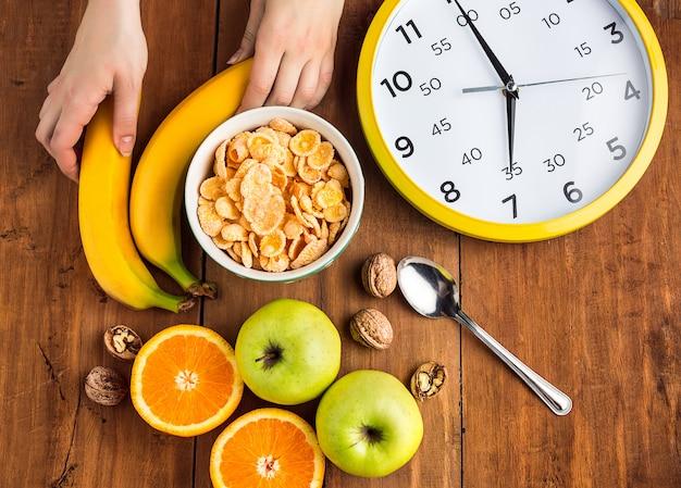 Gesundes hausgemachtes frühstück aus müsli, äpfeln, frischem obst und walnüssen Kostenlose Fotos