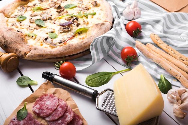 Gesundes italienisches lebensmittel mit bestandteilen auf gestreifter tischdecke Kostenlose Fotos