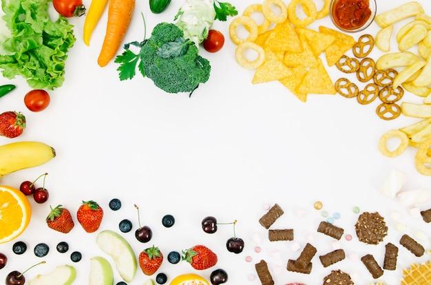 Gesundes lebensmittel der draufsicht gegen ungesundes lebensmittel Kostenlose Fotos
