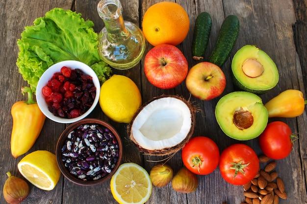 Gesundes lebensmittel pflanzlichen ursprungs auf altem hölzernem hintergrund. Premium Fotos